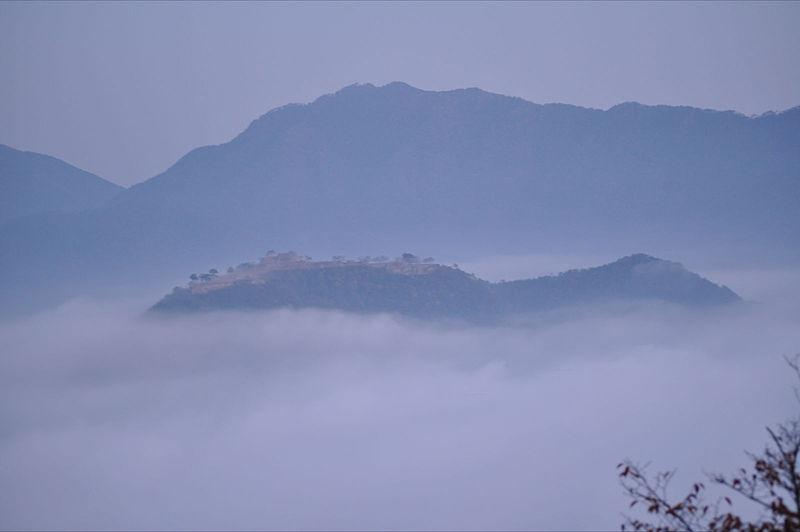 雲海の中の竹田城